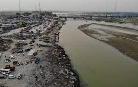 Decenas de cadáveres aparecen a orillas de río en India