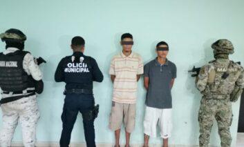 DETIENEN AGENTES DE LA POLICÍA MUNICIPAL A DOS SUJETOS POR PRESUNTO DELITO CONTRA LA SALUD