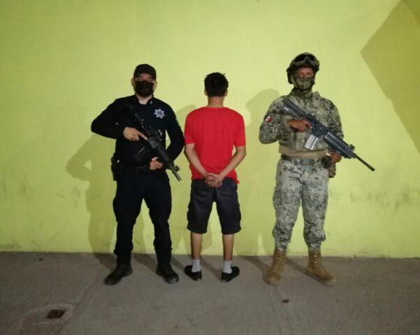 AGENTES DE LA POLICÍA MUNICIPAL DETIENEN A SUJETO POR PRESUNTA PORTACIÓN DE ARMA BLANCA