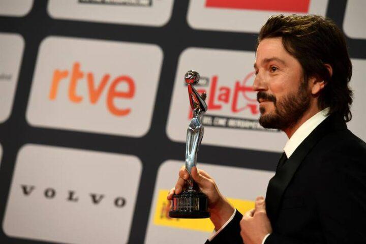 Diego Luna recibe Premio Platino de Honor; «Somos capaces de mucho más»